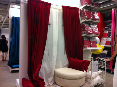 tiers livre le journal ikea rideau rouge. Black Bedroom Furniture Sets. Home Design Ideas