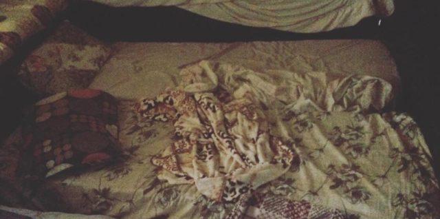 les lits qui tapissent la chambre